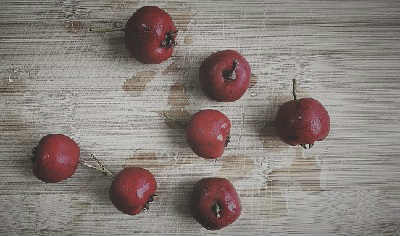 Боярышник полезные свойства и противопоказания_ягоды на столе