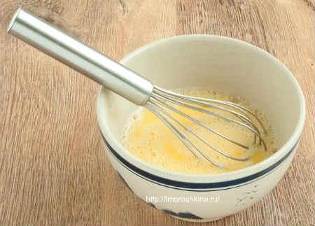 Омлет в духовке_взбить яйца с молоком