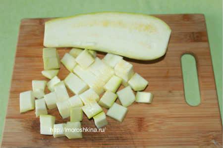 Запеченные кабачки с помидорами и сыром_нарезать  кабачок на квадраты