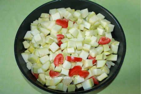 Запеченные кабачки с помидорами и сыром_выкладываем в форму кабачок, помидоры