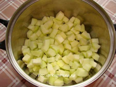 Компот из кабачков со вкусом ананаса_ сложите в кастрюлю