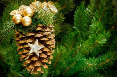 Как украсить елку на Новый год 2016_шишка на елке
