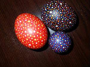 Как покрасить и украсить яйца на Пасху своими руками фото_крапанки