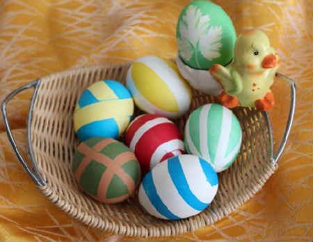Как покрасить и украсить яйца на Пасху своими руками фото_яйцо из резинок