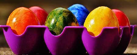 Как покрасить и украсить яйца на Пасху своими руками фото_яйца на подставке