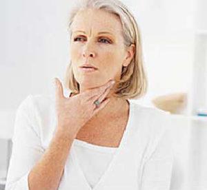 Болит горло, больно глотать,чем лечить в домашних условиях_женщина с больным горлом