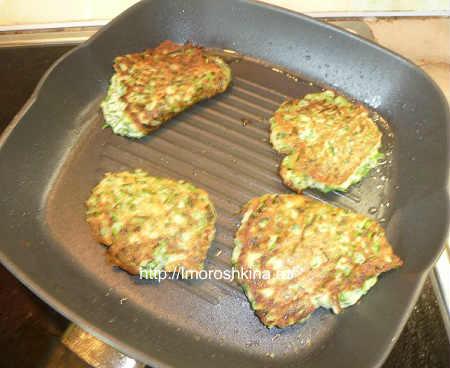 Оладьи с зеленым луком и яйцом на кефире_переворачиваем оладьи