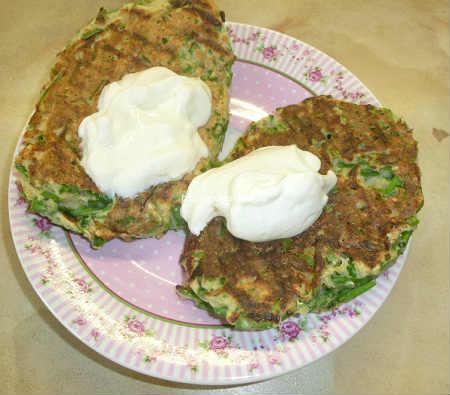 Оладьи с зеленым луком и яйцом на кефире_оладьи со сметаной