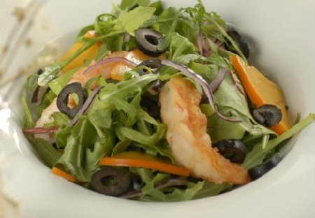 Что можно приготовить из хурмы_салат с рукколой, креветками, оливками