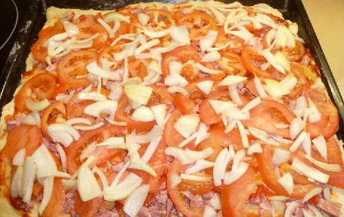 Пицца домашняя рецепт приготовления с фото_выкладываем томаты, перец, лук