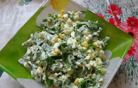 _салат из черемши с яйцом и консервированной кукурузой