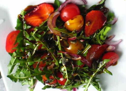 _салат из листьев одуванчика с яйцом